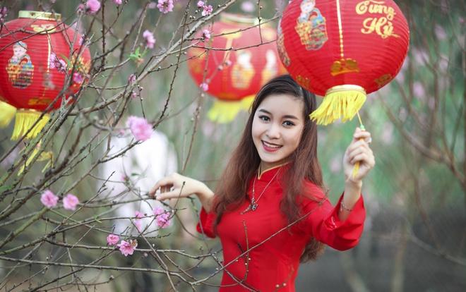 Hoa khoi xinh dep Thuy Chi e ap trong vuon dao hinh anh