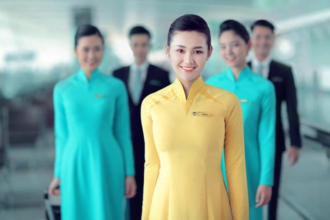 Tiep vien Vietnam Airlines xinh dep trong bo dong phuc moi hinh anh 1