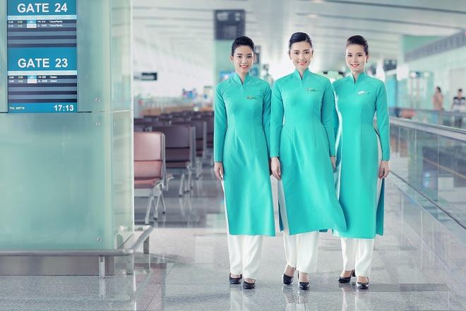 Tiep vien Vietnam Airlines xinh dep trong bo dong phuc moi hinh anh 2