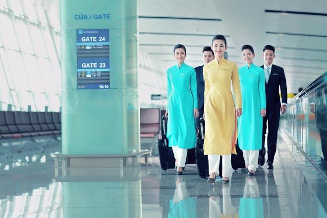 Tiep vien Vietnam Airlines xinh dep trong bo dong phuc moi hinh anh 3