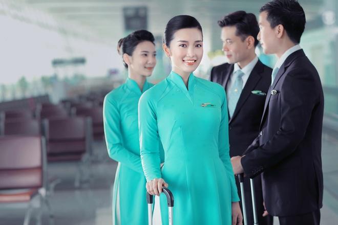 Tiep vien Vietnam Airlines xinh dep trong bo dong phuc moi hinh anh 5