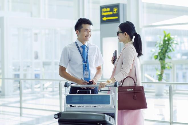 Tiep vien Vietnam Airlines xinh dep trong bo dong phuc moi hinh anh 8
