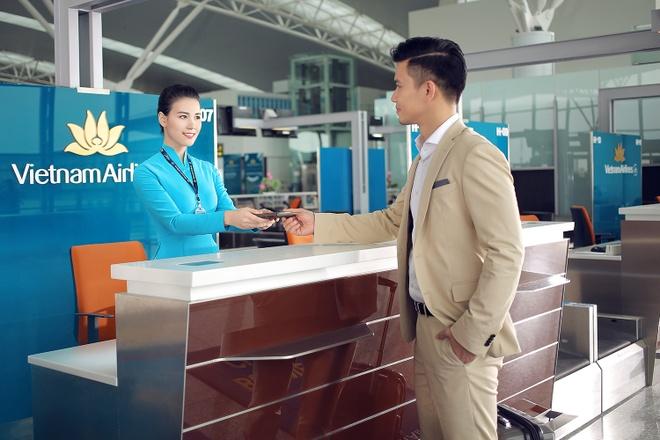 Tiep vien Vietnam Airlines xinh dep trong bo dong phuc moi hinh anh 9