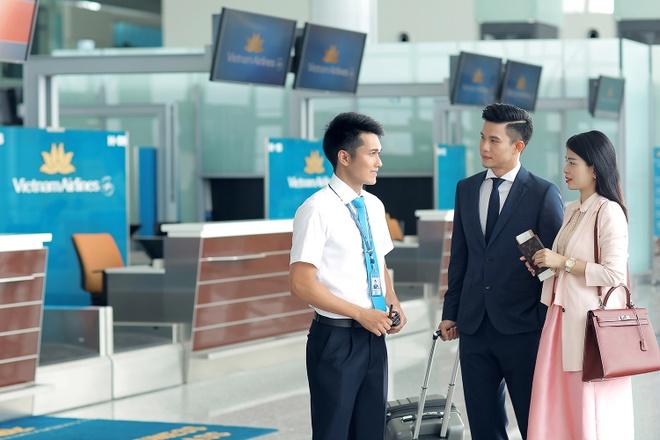 Tiep vien Vietnam Airlines xinh dep trong bo dong phuc moi hinh anh 10