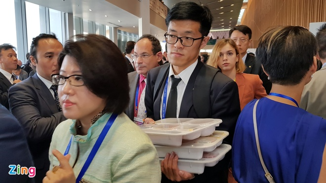 Doanh nhân APEC dùng cơm hộp trước giờ Tổng thống Trump phát biểu
