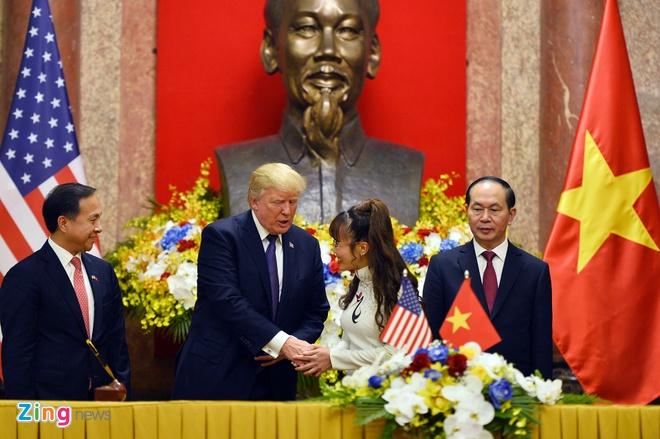 Tong thong Trump roi Ha Noi, ket thuc chuyen tham Viet Nam hinh anh 36
