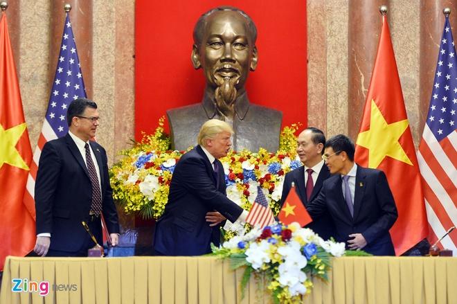 Tong thong Trump roi Ha Noi, ket thuc chuyen tham Viet Nam hinh anh 34