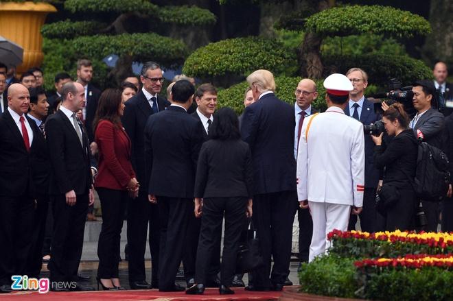 Tong thong Trump roi Ha Noi, ket thuc chuyen tham Viet Nam hinh anh 29