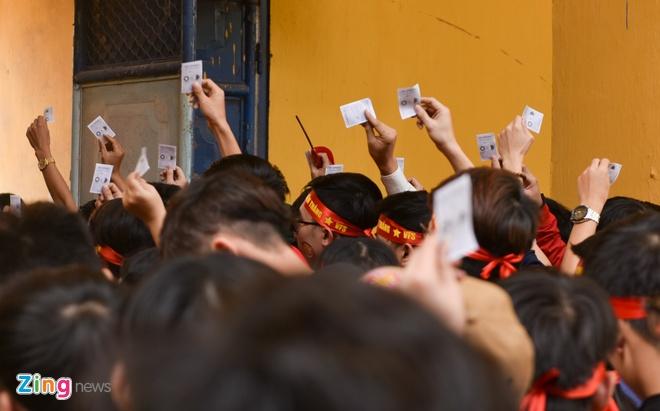 Nguoi ham mo om nhau nhay mua khi U23 Viet Nam danh bai U23 Qatar hinh anh 15