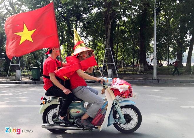 Nguoi ham mo om nhau nhay mua khi U23 Viet Nam danh bai U23 Qatar hinh anh 7