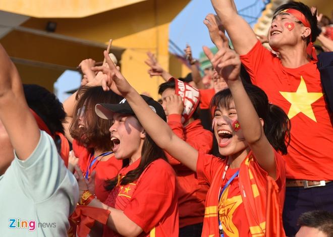 Nguoi ham mo om nhau nhay mua khi U23 Viet Nam danh bai U23 Qatar hinh anh 64