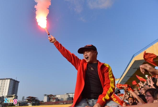 Nguoi ham mo om nhau nhay mua khi U23 Viet Nam danh bai U23 Qatar hinh anh 63
