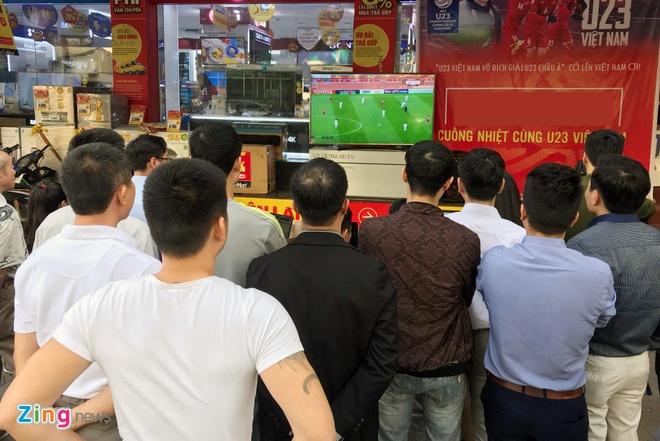Nguoi ham mo om nhau nhay mua khi U23 Viet Nam danh bai U23 Qatar hinh anh 48