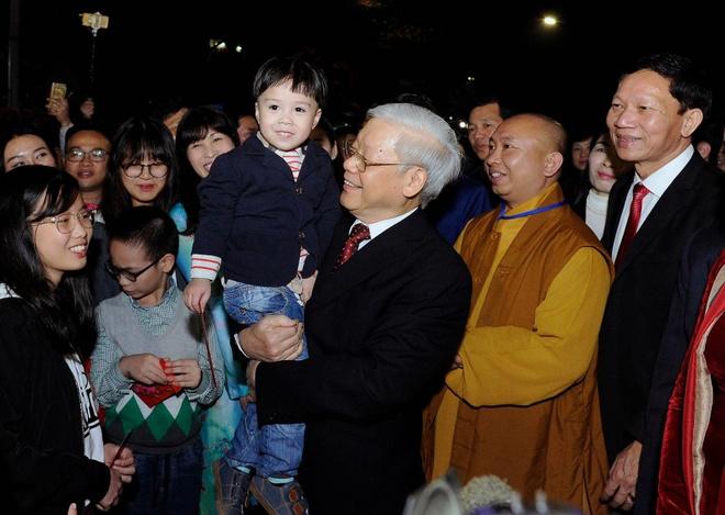 Tong bi thu Nguyen Phu Trong chuc Tet nguoi dan o pho di bo hinh anh