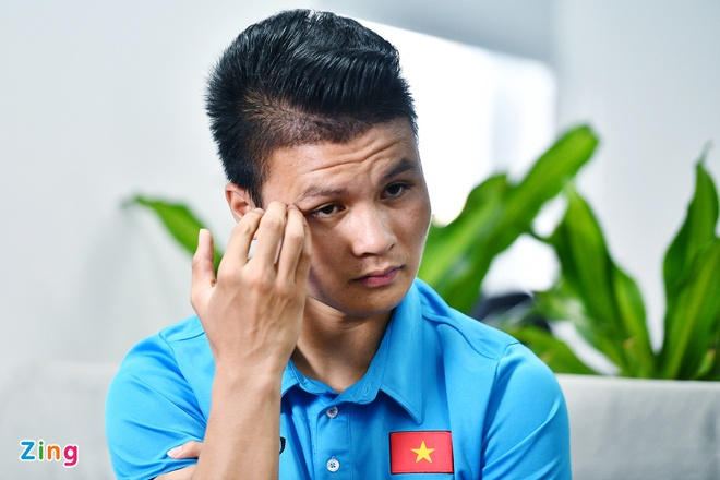 Quang Hai mat ngu vi sut truot 11 m, Van Toan thich nhuom toc mau khoi hinh anh 3