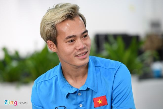 Quang Hai mat ngu vi sut truot 11 m, Van Toan thich nhuom toc mau khoi hinh anh 16