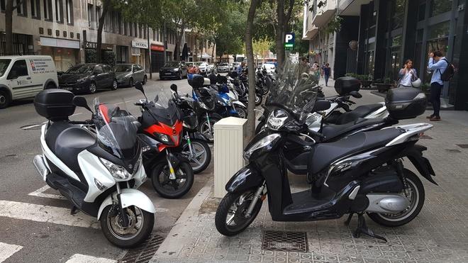 Thung rac, oto, xe may xep day long duong o Barcelona hinh anh