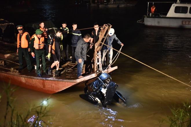 Nữ chủ xe tử vong trong chiếc Mercedes rơi khỏi cầu Chương Dương