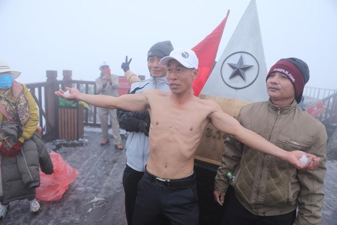 Người Nha Trang lên đỉnh Fansipan cởi trần nghịch tuyết