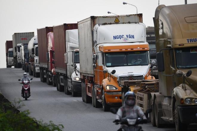 Xe container xep hang dai nhu dong suoi hang ngay o Hai Phong hinh anh