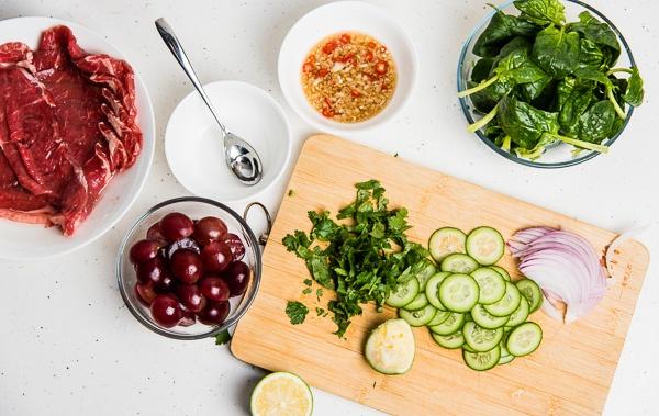 Salad thit bo kieu Thai la mieng, mat lanh hinh anh 1