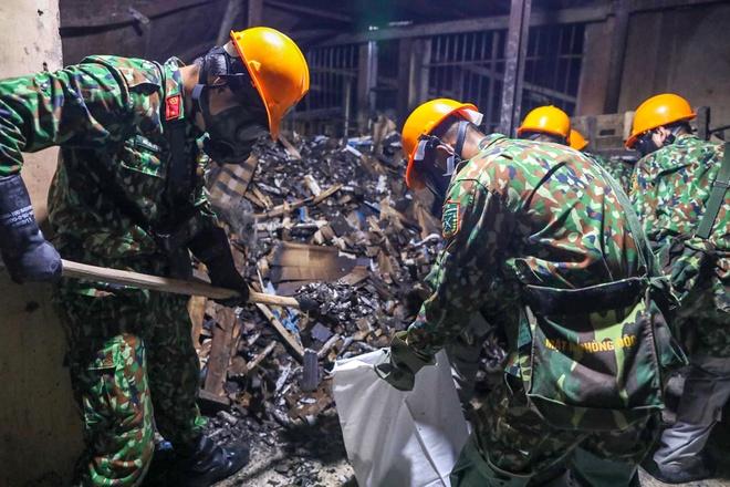 Quân đội thu gom hàng tấn phế thải tại Rạng Đông