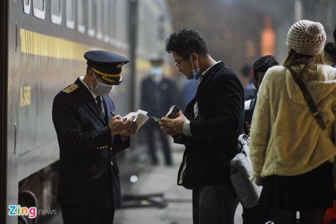 Vì sao hàng không đóng cửa, đường sắt vẫn chạy tới Trung Quốc?
