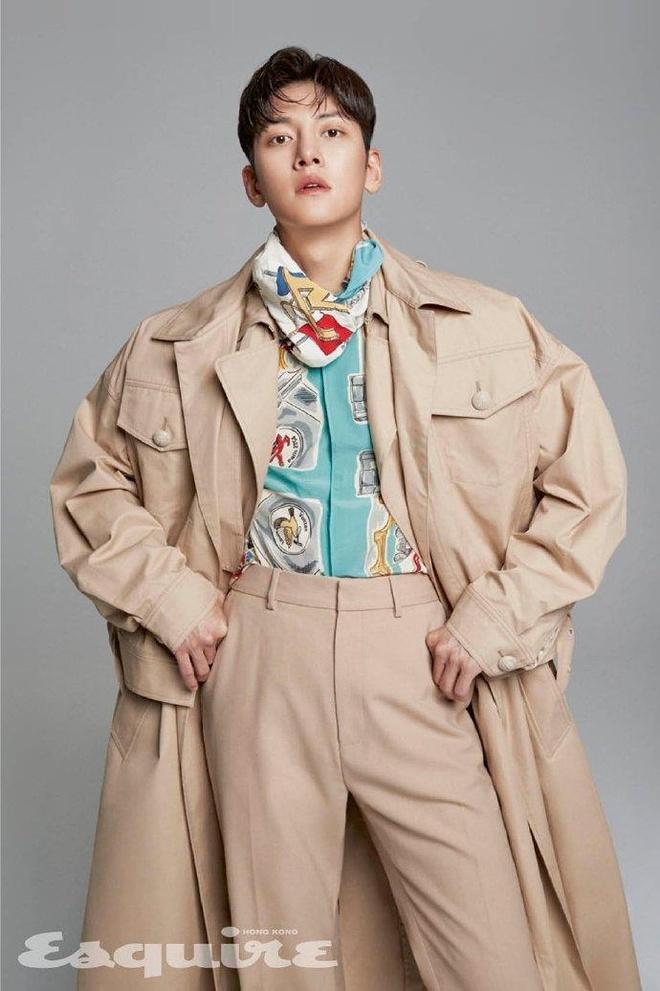 Ji Chang Wook mac do Louis Vuitton xuat hien tren tap chi anh 1