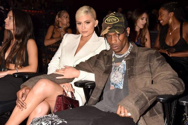 Kylie Jenner va Travis Scott tung mac gi khi sanh buoc ben nhau? hinh anh 1