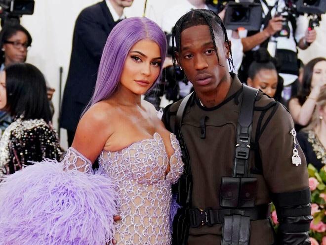Kylie Jenner va Travis Scott tung mac gi khi sanh buoc ben nhau? hinh anh 3