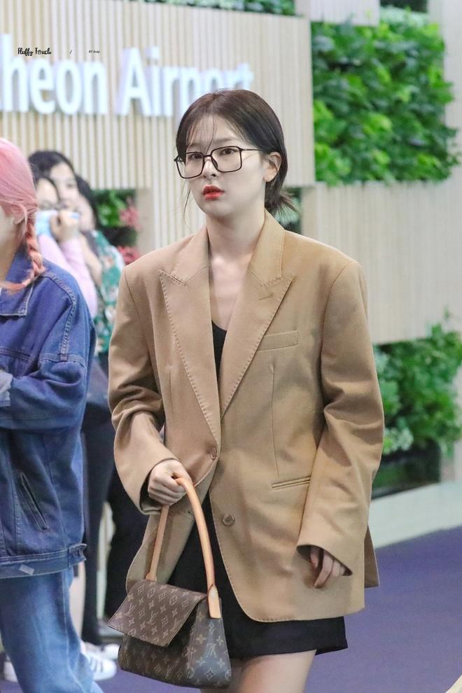 My nhan Red Velvet dien do hoai co, xach tui Louis Vuitton ra san bay hinh anh 1