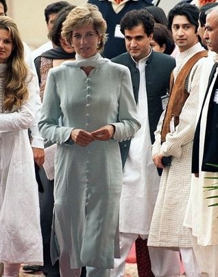 Kate Middleton dien do giong Cong nuong Diana khi den Pakistan hinh anh 2