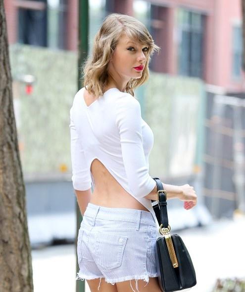 Taylor Swift va 7 cach mac quan ngan khoe chan thon xuong pho hinh anh 8