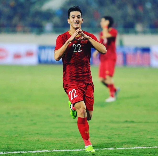Tien Linh thich di giay mau sac tren san co, co doi giong cua Ronaldo hinh anh 1