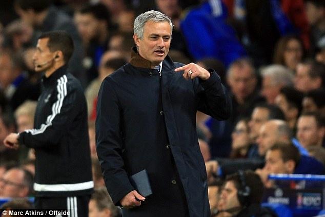Mourinho lai chi dao Chelsea qua dien thoai tu khach san? hinh anh 1