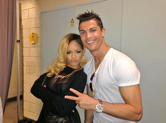 Ronaldo trinh dien kha nang ca hat tren may bay hinh anh