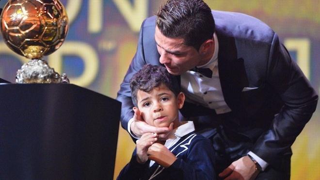 Con trai Ronaldo ngai ngung trong lan dau gap Messi hinh anh