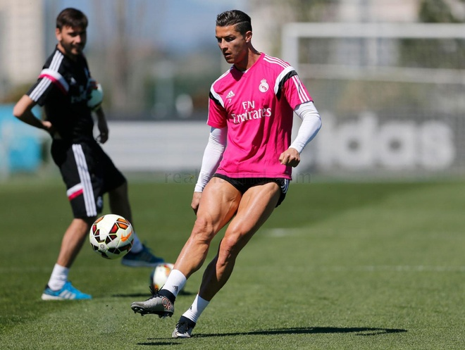 Ronaldo tap luyen mot minh tren san trong ngay nghi hinh anh