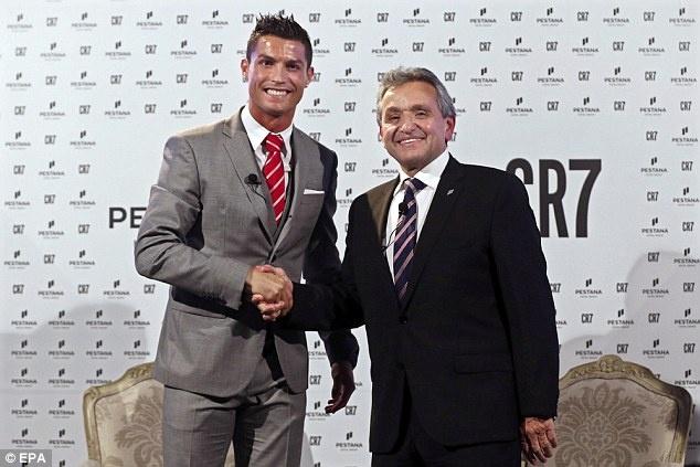 Ronaldo ra mat thuong hieu khach san CR7 hinh anh