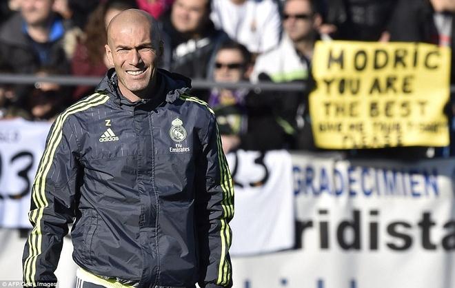 6000 fan den xem Zidane chi dao buoi tap dau tien hinh anh
