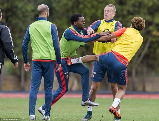 Cau thu Feyenoord danh nhau tren san tap hinh anh 1