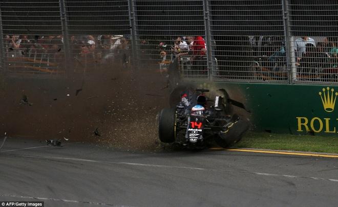 Alonso thoat chet sau vu tai nan khien xe dua nat vun hinh anh 3