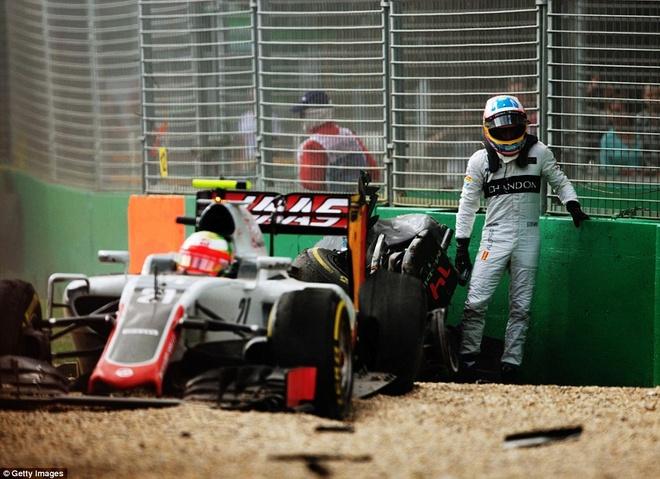 Alonso thoat chet sau vu tai nan khien xe dua nat vun hinh anh 5