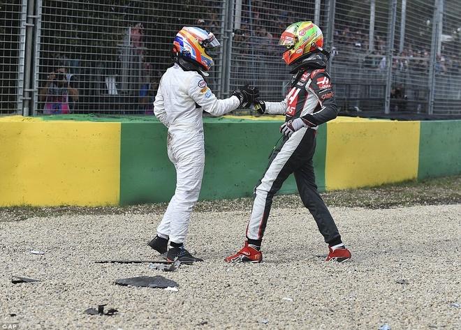 Alonso thoat chet sau vu tai nan khien xe dua nat vun hinh anh 6