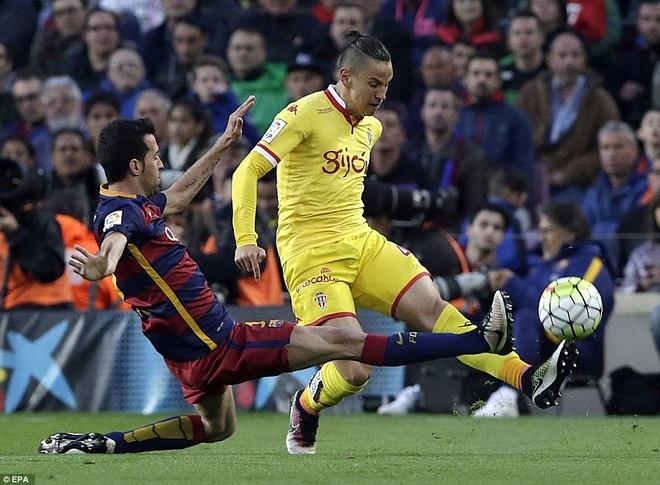 Suarez lai ghi 4 ban trong ngay Barcelona thang 6-0 hinh anh 1
