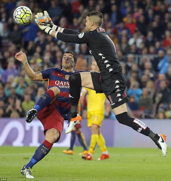 Suarez lai ghi 4 ban trong ngay Barcelona thang 6-0 hinh anh 2