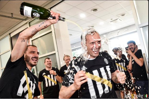 Juventus an mung chuc vo dich Serie A thu 5 lien tiep hinh anh