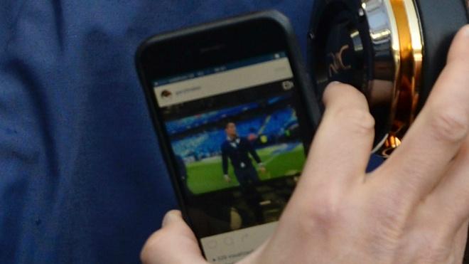 Ronaldo thuong thuc video cua chinh minh de giai khuay hinh anh 1