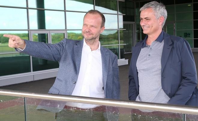 Trum tai chinh Ed Woodward lam huong dan vien cho Mourinho hinh anh