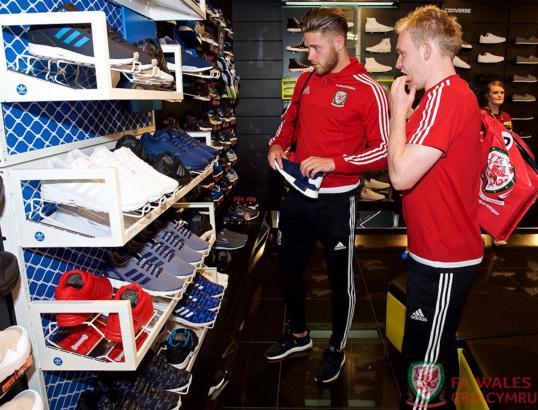 Gareth Bale va dong doi banh bao roi xu Wales du Euro 2016 hinh anh 11